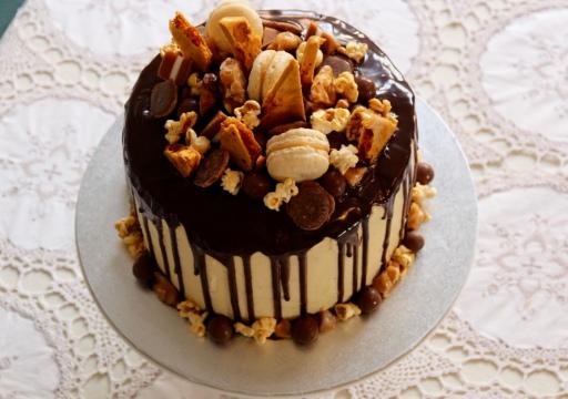 https://bakerholicsanonymous.com/2016/08/14/peanut-butter-caramel-chocolate-drip-cake/