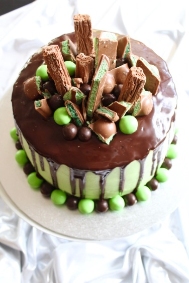 https://bakerholicsanonymous.com/2017/08/08/chocolate-mint-drip-cake/